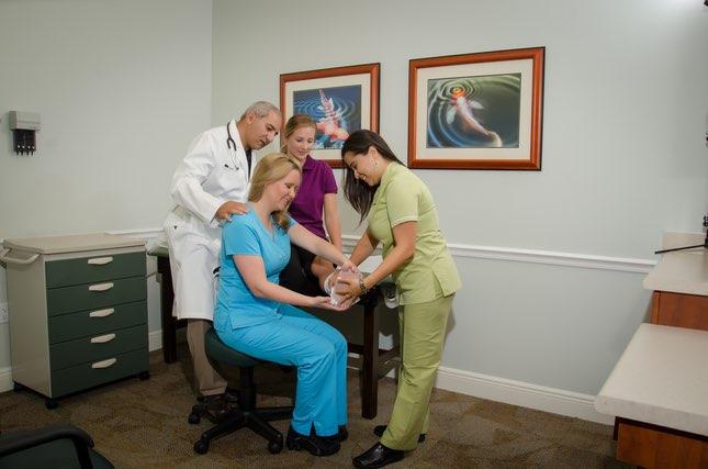 Nuestros médicos facultativos altamente cualificados y elasticidad del personal de ayuda que cuida usted uno--uno de clase, asistencia médica individualizada usted merece.