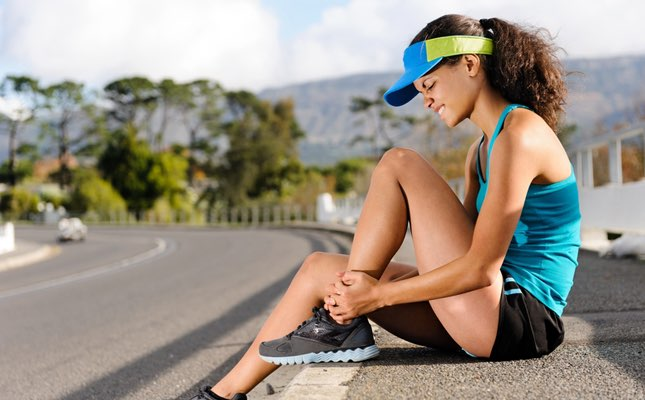 Esguince síntomas generalmente incluyen dolor, hinchazón, hematoma y dificultad para mover la articulación afectada.
