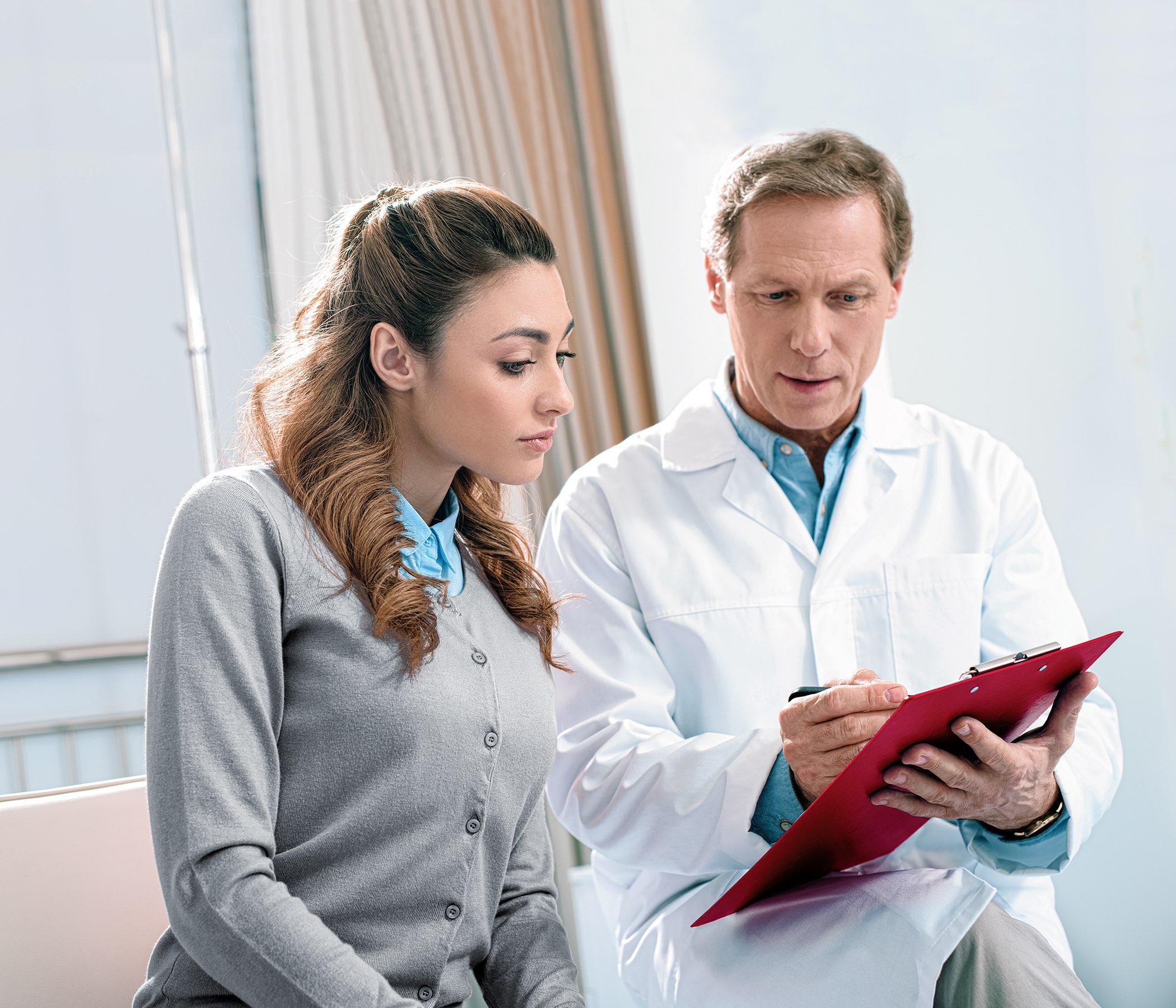 cuide demostrar algo al paciente en sujetapapeles en clínica