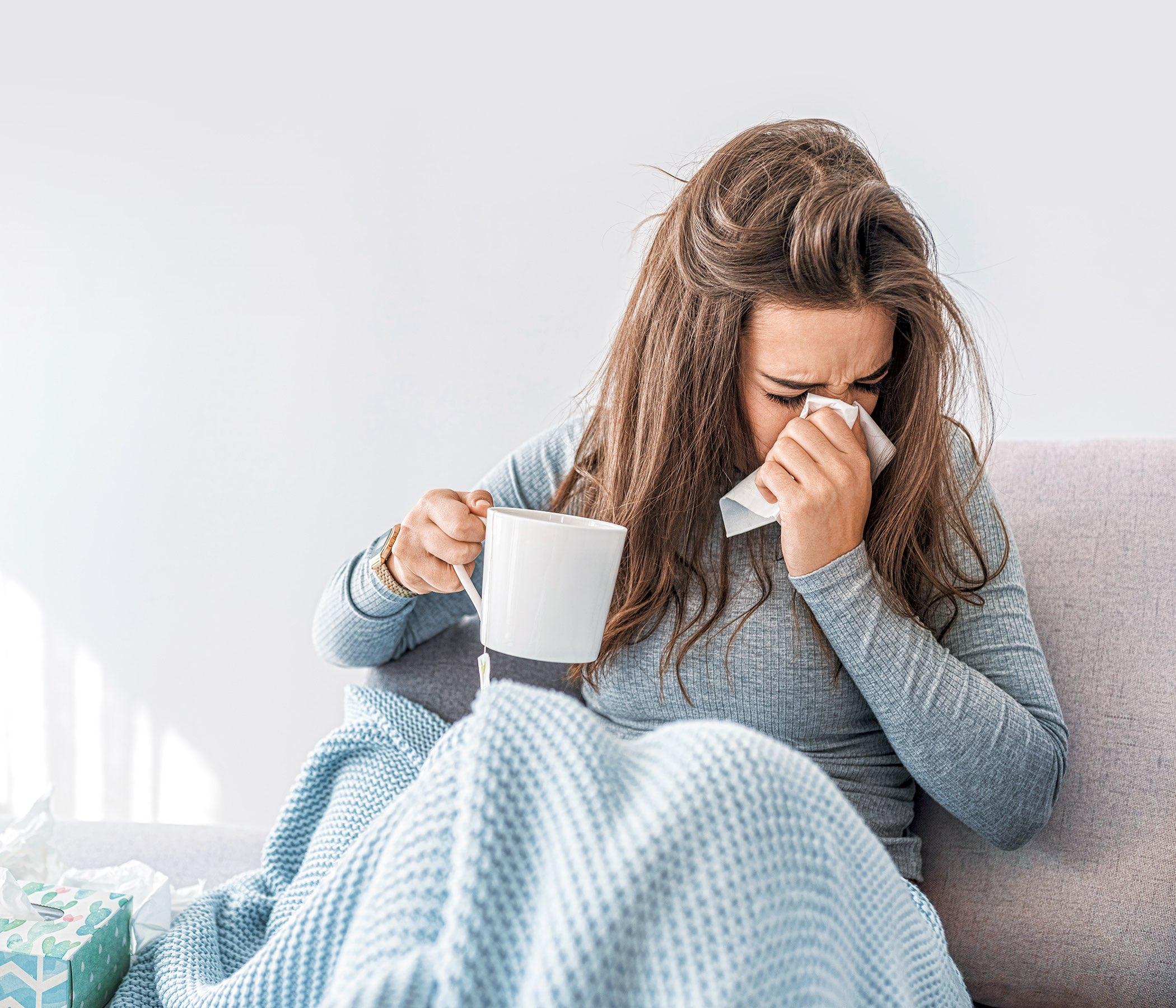 Mujer enferma con infecciones estacionales