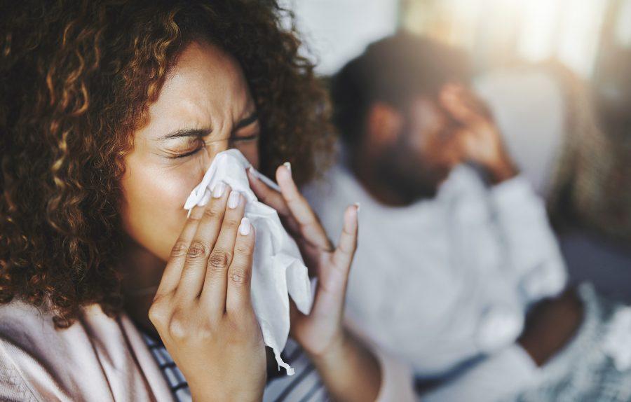 Una mujer sopla su nariz en un tejido fino.