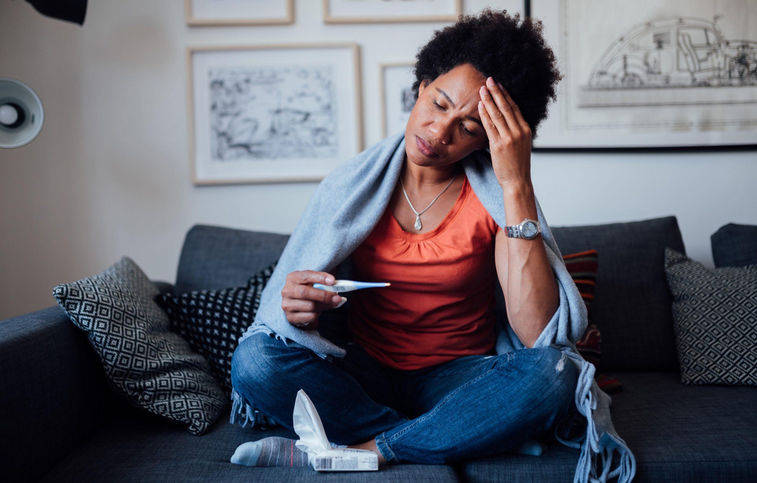 Síntomas jóvenes de la sensación de la mujer de una enfermedad