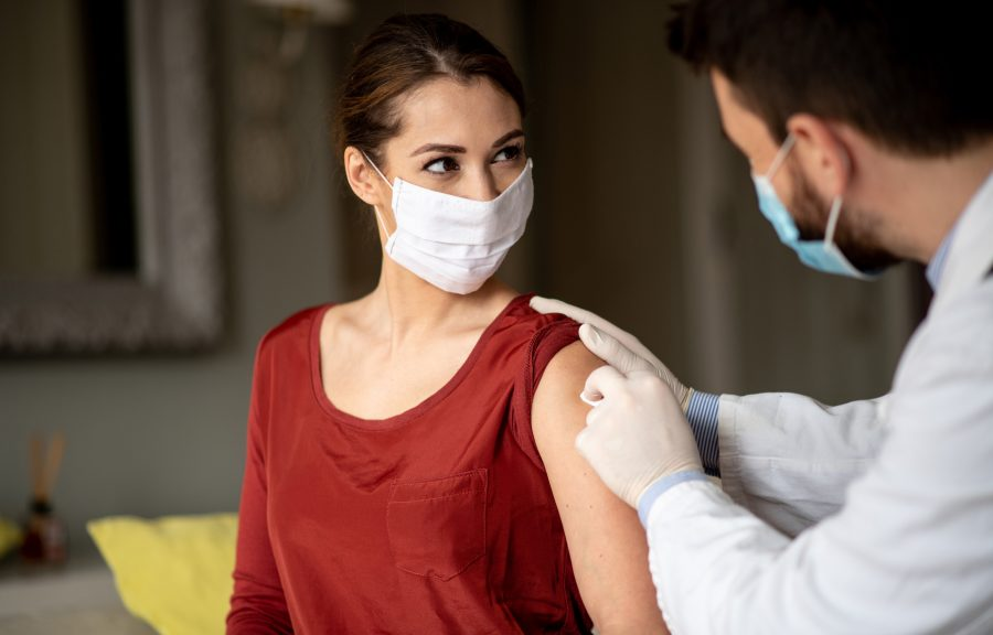 Mujer que consigue una gripe tirada en MDNow