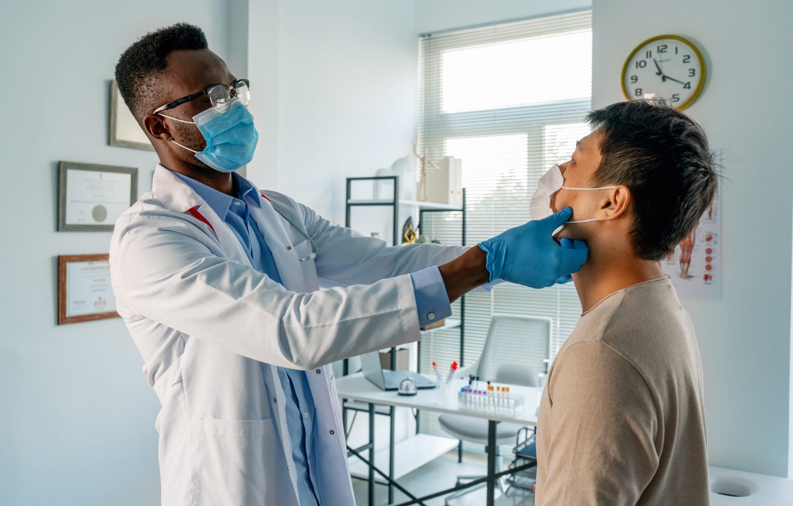 Cuide examinar a su paciente mientras que siendo COVID-19 consciente